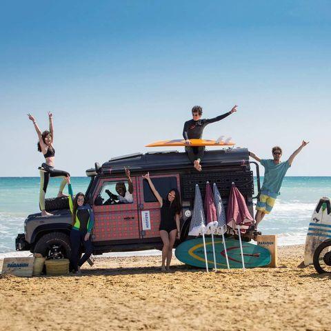 """<p>Ángeles y Bruno, dos aventureros que recorren las playas en un todoterreno, han creado <i>Parasun Ibiza</i>, sombrillas con prints <i>toile de jouy</i>, vichy, <i>liberty</i> camuflaje... Para fashionistas de playa.</p><p><a href=""""http://parasunibiza.com/"""" title=""""parasunibiza.com"""" target=""""_blank""""><i>parasunibiza.com</i></a></p>"""