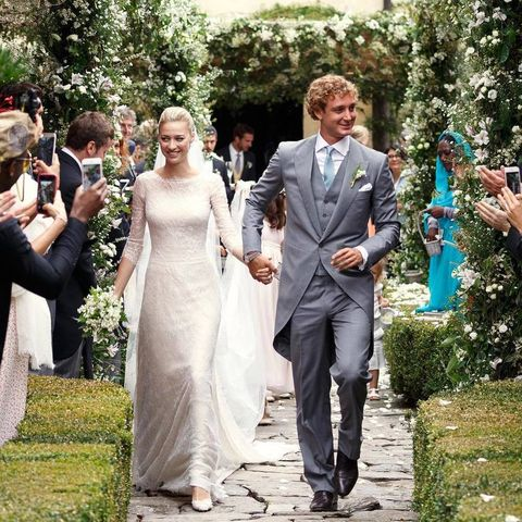 <p>El vestido de la ceremonia lo ha firmado <strong>Giorgio Armani</strong>. Un diseño hecho exclusivamente para ella de la línea <strong>Privé</strong>. La imagen ha sido publicada desde la cuenta oficial de Instagram de la firma, a la salida del enlace.</p><p></p>
