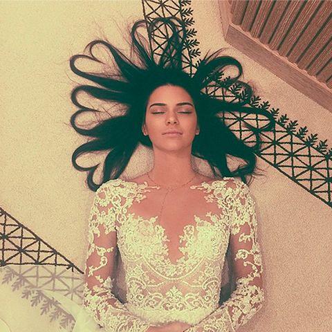 """<p>Increíble pero cierto. Esta foto de <a href=""""https://instagram.com/kendalljenner/"""" target=""""_blank"""">Kendall Jenner</a> (38m) vestida de novia y con mechones de pelo simulando corazones destronó la foto de<a href=""""https://instagram.com/p/ogSSO6uS9C/"""" target=""""_blank"""">Kim Kardashian </a>(48m)y Kanye el día de su boda como la foto con más likes de Instagram, con un total de <strong>3,1 millones de 'likes'</strong>. Fue en junio de 2015 y a día de hoy cuenta con 3.1m de likes y más de 137.000 comentarios. Entre hermanastras anda el juego.</p>"""