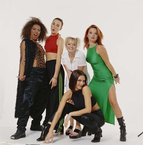 <p>Fueron una auténtica revolución en la música pop de los 90... y en la estética. Esta 'girlband' creó ejércitos de niñas que sólo querían hacernos las dos coletas y vestir plataformas, llevar chándal o enfundarnos en negro, dependiendo de &quot&#x3B;quien fueras&quot&#x3B;. Hoy, no nos gustaría ver por la calle a nadie vistiendo esos pantalones anchos de raso negro con botas revestidas de metal como tampoco nos imaginamos a nadie llevando esos vestidos con aberturas y botas militares. Lo del chándal, crop top y zapatillas, es otra historia (y si no, que se lo digan al #Kengi).</p>