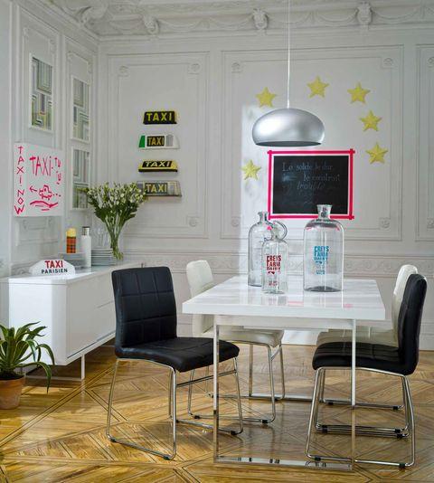 <p>Si eliges una silla de diseño funcional y moderno, puedes probar a combinar un par de colores. Por ejemplo, el blanco y negro resulta muy versátil. </p>
