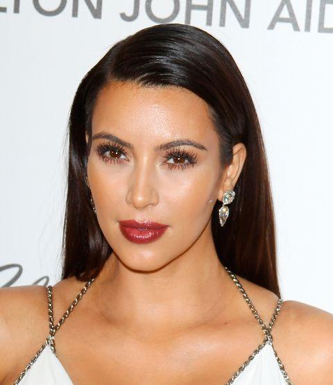 <p>&quot;La base hay que aplicarla en todas partes. Y no me refiero sólo a la frente, nariz, barbilla y mejillas, pero ¿qué pasa con los párpados, orejas, pecho, brazos, piernas, incluso los pies?&quot; Para una alfombra roja, Dedivanovic se asegura de que el tono de piel de Kardashian sea lo más uniforme posible. El <strong>mejor truco para cualquiera</strong>, es aplicar base en las orejas antes de una gran noche de fiesta &quot;de lo contrario, van a salir rojas en todas las fotos.&quot;</p>