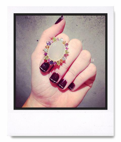 <p><strong>Blanca Suárez</strong> nos mostraba con detalle este espectacular anillo de Tous que luciría en la ceremonia y su manicura burgundy con nail art en plata.</p><p>@blanca_suarez</p>