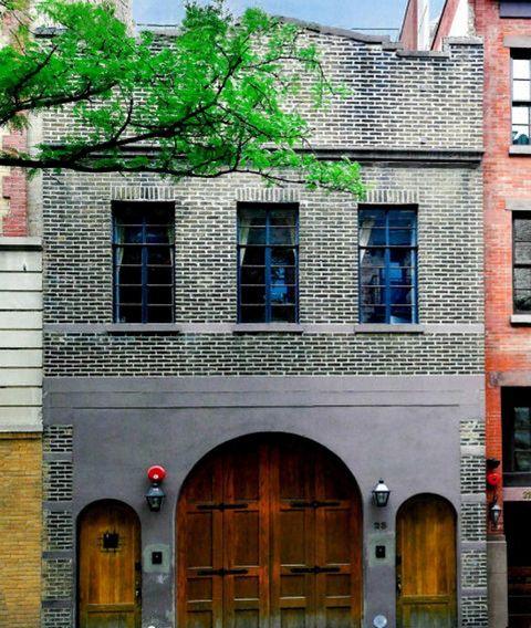 <p>Con fachada de ladrillo visto, cuenta con cuatro plantas. ¿Y lo llaman apartamento?</p>
