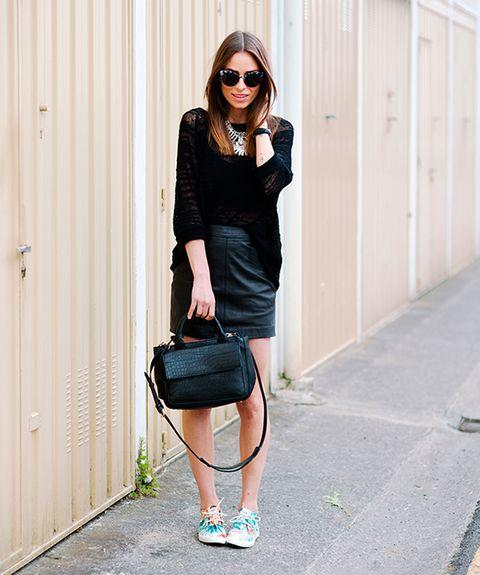 <p>Si te gusta vestir de negro casi de pies a cabeza, intenta dar coor en una parte. Qué mejor manera que en forma de zapatillas.</p>