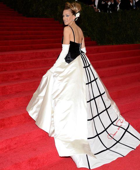 <p>Cual princesa, <strong>Sarah Jessica Parker,</strong> sube las escaleras del MET dejando ver la espectacular cola del diseño de <strong>Oscar de la Renta</strong>. Una de las que mejor ha interpretado en tema de inspiración de la noche de la moda.</p>