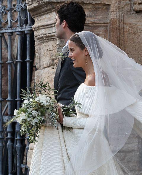 <p>La novia eligió un vestido de<strong>&nbsp;Emilia Wickstead</strong>, de diseño palabra de honro con sebrecuello barco. Un recogido muy sencillo bajo y pendientes de oro con perla.&nbsp;</p>