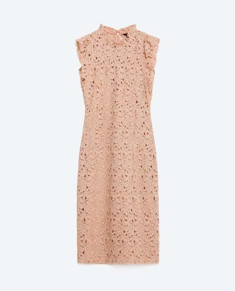 <p>Vestido de guipur en color nude, de<strong>Zara</strong>(50 €).</p>