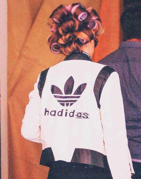 <p>Aunque la sorpresa nos la llevamos cuando se da la vuelta y descubrimos que la marca de la prenda, <strong>Adidas</strong>, ha hecho una divertida versión para la modelo. ¡Nos encanta!</p>