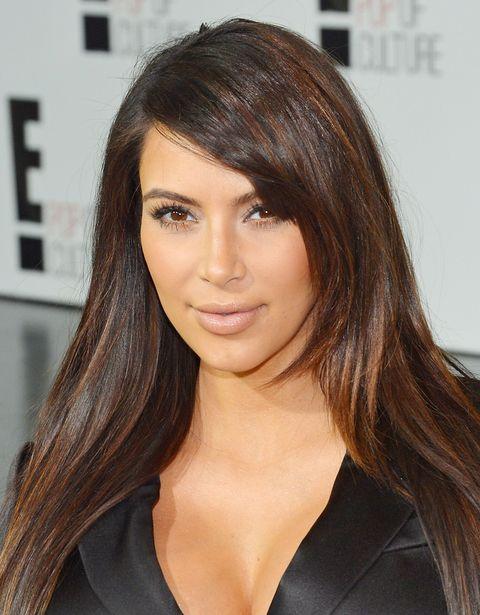<p><strong>Después el pelo</strong>. Según Dedivanovic &quot;si haces primero el peinado, encuentras restos de laca en la cara lo que hace complicado el maquillaje&quot;. Para enseñar cómo lo hace, maquilló a Kim que iba peinada con una coleta tirante.</p>