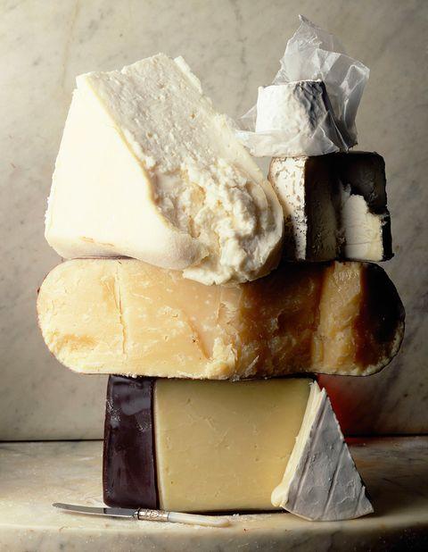 """<p>No solo es delicioso sino que, además, el <strong>queso</strong> es <strong>uno de los mejores alimentos para combatir la caries</strong>. ¿El motivo? Su consumo ayuda a mantener estables los niveles de ph de la boca y así evitar la erosión dental, a juzgar por <a href=""""http://www.agd.org/media/142829/mj13_yadav.pdf"""" target=""""_blank"""">un estudio</a> realizado por la Academy of General Dentistry.</p>"""