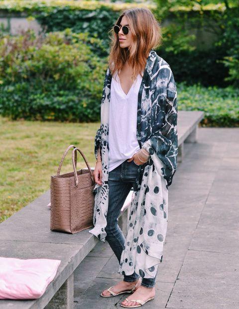 <p>Un look minimalista que gana con la ayuda de un pañuelo XXL:</p>