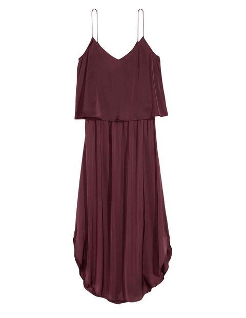 <p>Vestido color ciruela de capa de<strong>H&M</strong> (14,99 €). Con sandalias planas y unos pendientes de aro.</p>