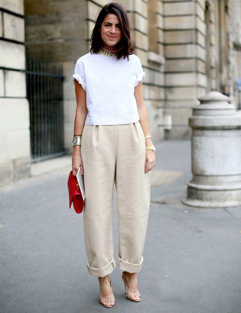 <p>Una camiseta blanca es la perfecta compañera de estilismo de un pantalón color crema.</p>