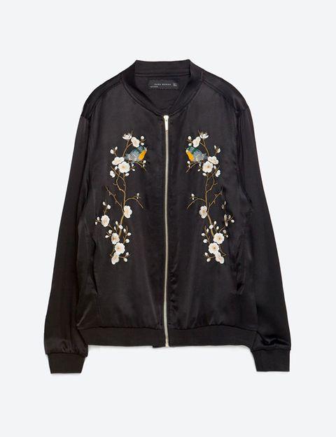 <p>Bomber con detalles florales, de <strong>Zara</strong> (59,95€).&nbsp;</p>