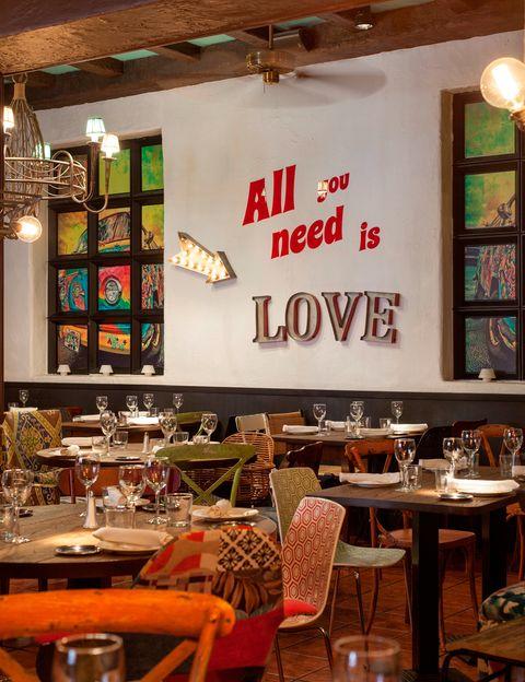 """<p>Tras 10 años de éxitos, el restaurante El Recuerdo estrena nueva imagen firmada por Nacho García de Vinuesa. Con el <i>leitmotiv</i> <i>All you need is love</i>, el interiorista renueva el espacio con materiales de toda la vida como la madera o la piedra, butacas DIY... (Comandante Zorita, 6. Madrid. Tel.: 91 533 2757. <a href=""""http://www.lamision.es/recuerdo"""" target=""""_blank"""">www.lamision.es/recuerdo</a>)</p>"""