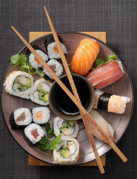 <p></p><p>La tradición es con atún. En España las piezas más demandadas son los makis de salmón y atún, pero en Japón los primeros son realmente raros y difíciles de encontrar. De hecho, <strong>se considera que fueron los noruegos quienes introdujeron el salmón</strong> en la cocina nipona en los años ochenta.</p><p></p>
