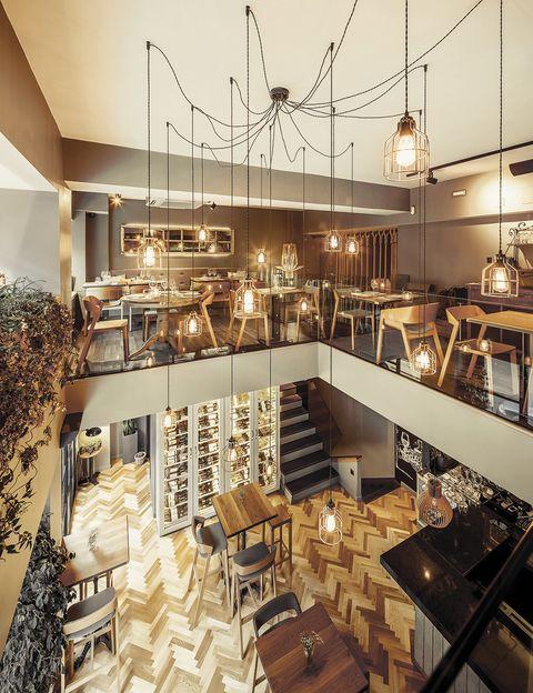 <p>Las croquetas (de ibérico, Idiazábal o ventresca de atún) reinan junto a las patatas bravas, los arroces y la cake de chocolate. Situado junto al parque del Retiro, te encantará el espacio en dos alturas, con paredes ajardinadas, un reservado con chimenea y biblioteca y un bar clandestino en el sótano. </p><p><strong>Calle de Ibiza, 8, Madrid, tel. 917 52 44 90. Precio medio: 30 €.</strong></p>