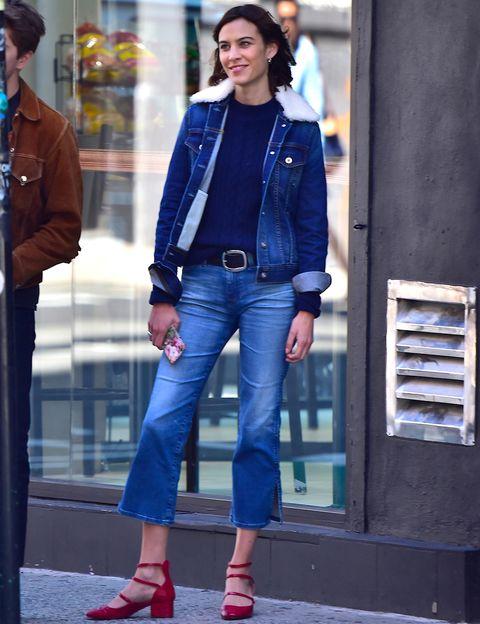 <p>En su última aparición,<strong> Alexa Chung</strong> nos sorprendió con un look denim de plena tendencia, pero sobre todo con sus zapatos rojos de Zara, unas bailarinas de tiras con tacón que cuestan menos de 30 €.</p>