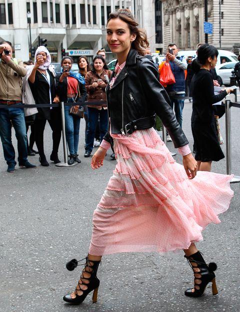 <p>Un look que nos encanta, el elegido por Alexa para el front row del desfile Crucero de <strong>Gucci</strong> en Londres. Vestido rosa, cazadora perfecto y en los pies, espectaculares zapatos con lazada y pompones.</p>