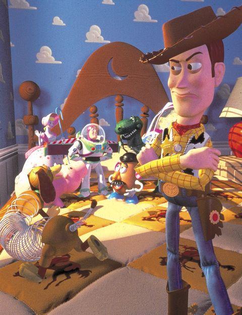 <p>'Toy Story' (1995) es el primer largometraje animado rodado totalmente con ordenador. En 1993, Disney casi cancela su producción porque consideraban a Woody un 'patán sarcástico', así que John Lasseter hizo que su equipo (entre ellos, Joss Whedon, creador de 'Buffy el Vampiro' y director de 'Los Vengadores') reescribiera el guión en menos de una semana. Lasseter aportó su cara para el rostro de Buzz Lightyear, mientras que Tom Hanks decidió poner la voz a Woody porque siempre se había preguntado 'qué harían sus juguetes cuando no los miraba'. Entre los títulos descartados para la peli: 'The New Toy', 'The Cowboy &amp; The Spaceman', 'The Favorite' y 'Toyz in the Hood'.</p>