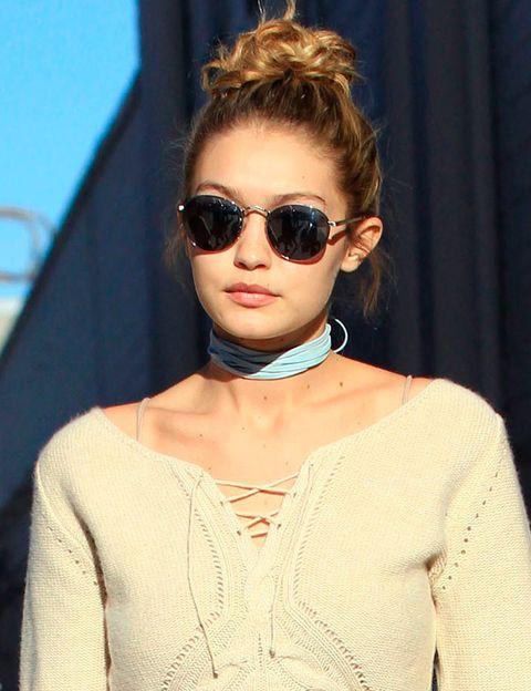 <p>Su'best friend forever'&nbsp;<strong>Gigi Hadid</strong> no iba a dejarla sola ante la tendencia, y se apunta con este modelo de cintas en color azul.&nbsp;</p>