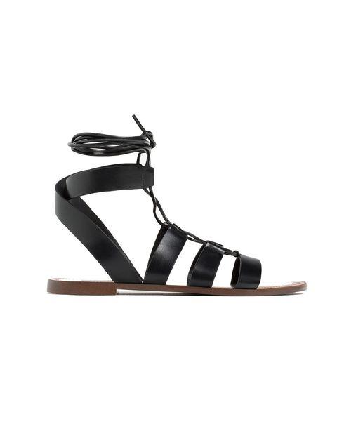 <p>Sandalias negras de <strong>Zara</strong> (19,99 €). No te las quitarás en todo el verano.</p>