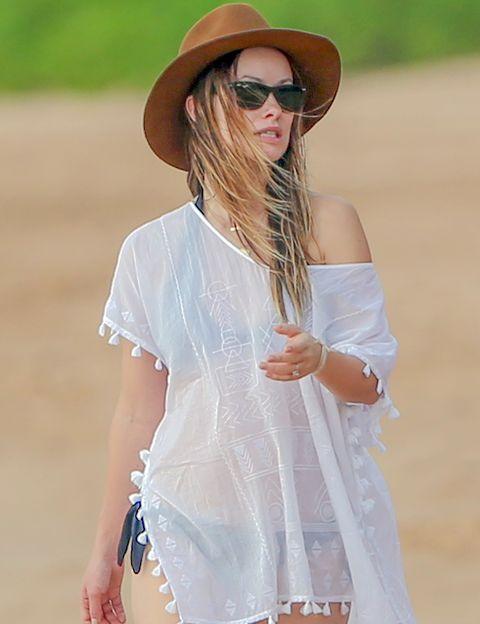 <p>La actriz saca su lado más 'boho' conjuntando su bikini y vestido playero con un akubra en color camel.</p>