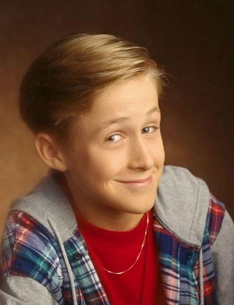 """<p>Lleva más de un millón de reproducciones en Youtube y es uno de los vídeos virales del momento, el que te llega en plan """"si crees que estás haciendo el ridículo, mira a Ryan Gosling"""". Corría el año 1992, el chaval tenía 12 años y no dudó en plantarse la camisa morada brilli-brilli y el pantalón MC Hammer para interpretar una coreografía noventera con muchos momentos vergüencita ajena.</p>"""