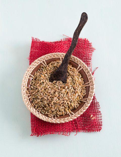 <p>No, no es un alimento friki, <strong>se trata de trigo verde, un superfood que puedes cocinar igual que la quinoa</strong>, para preparar ensaladas o guisos. Al cosecharse verde, conserva muchos más nutrientes: fibra -¡el doble que la quinoa-, proteínas y minerales- que el trigo maduro. Además, <strong>su alto contenido en selenio, potasio, magnesio y hierro</strong> lo convierte en un diez para tu salud, &nbsp;en un hidrato de carbono saludable y en un gran alimento detox.&nbsp;</p><p>&nbsp;</p>