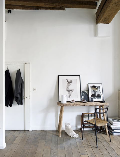 """<p>Desde la entrada ya podemos comprobar que al fotógrafo le encanta &quot&#x3B;para decorar la madera antigua y el metal, como en un viejo atelier de artista"""".</p>"""
