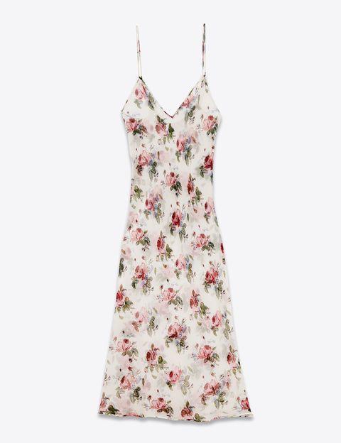 <p>Vestido con estampado de flores (1.290 €), de Saint Laurent by Hedi Slimane.</p>
