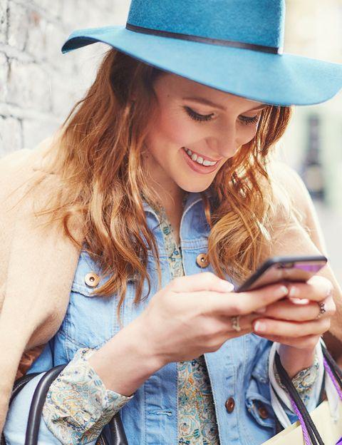 """<p>Un 50% de las mujeres, según <a href=""""http://www.edarling.es/consejos/pareja-ideal"""" target=""""_blank"""">eDarling</a>, <strong>exige que su pareja se ponga en contacto a través de mensajes</strong> o llamadas cuando está lejos. Sin embargo, solo un 29% de los hombres está completamente de acuerdo en este aspecto.</p><p></p>"""