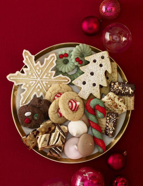 """<p>Lo sentimos, pero tienes que limitar su consumo, ya que, como dicen desde <a href=""""http://www.centropronaf.com/"""" target=""""_blank"""">Centro Pronaf</a>, """"son el gran peligro durante estas fechas"""". """"<strong>Los dulces navideños tienen una gran cantidad de grasas (grasas saturadas)</strong> y azúcares, y consecuentemente, son de elevado valor calórico"""", dicen. <strong>Psst.</strong> En lugar de sacar la típica bandeja de dulces después de las comidas, prepara fruta fresca y macedonias acompañadas por zumos. <strong>Otra buena opción son las frutas deshidratadas</strong>, típicas de esta época pero muy nutritivas por su alto contenido en fibra, hierro y calcio.&nbsp;</p><p>&nbsp;</p>"""