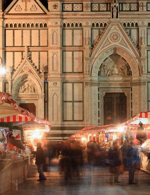 <p>Prueba este típico panecillo salado, además de strudel o salchichas, en el Mercadillo de Navidad Alemán, que cada año se instala frente a la flamante fachada renacentista de la Iglesia de la Santa Croce. Vivirás la atmósfera de los puestecillos típicos del norte de Europa, puedes hacerte con figuras para el Belén o subirte al carrusel.&nbsp;</p><p>• Lugar: Plaza Santa Croce.</p><p>• Fecha: Del 3 al 21 de diciembre.</p>