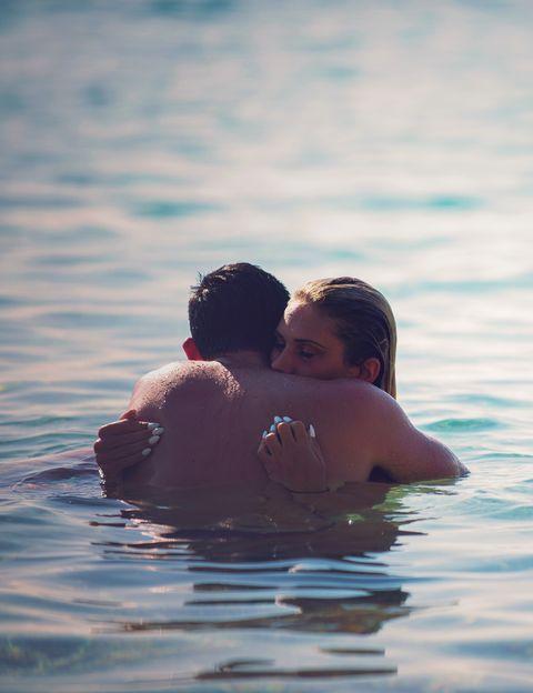 <p>El agua es un elemento refrescante que estimula y facilita las sensaciones de placer. Por eso, practicar el sexo bajo el agua del mar se convierte en una experiencia deliciosamente recomendable. Estar los dos bien mojados tiene una importante carga de erotismo.&nbsp&#x3B;</p><p>&nbsp&#x3B;</p>