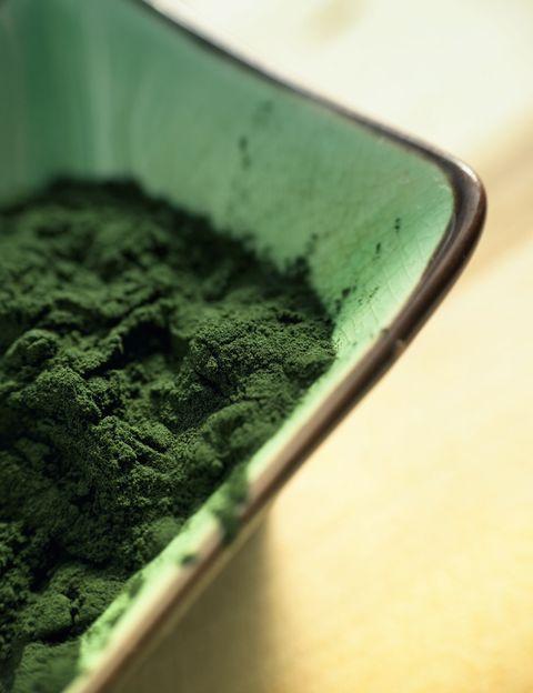<p>El alga espirulina <strong>contiene un 65% de proteína vegetal completa y altamente digerible</strong> que aporta los ocho aminoácidos esenciales en las proporciones apropiadas y de una forma mucho más fácil de digerir que la proteína de carne o la soja. Es <strong>rica en triptófano, uno de los 10 aminoácidos esenciales</strong> que el organismo utiliza para sintetizar las proteínas que necesita y que ayuda, entre otras muchas cosas, al sistema nervioso, favoreciendo la relajación, el descanso, el sueño y mejorando los estados depresivos. A diferencia de otros alimentos con alto valor nutricional, como los lácteos y las carnes, la espirulina también <strong>aporta ácidos grasos esenciales pero es baja en calorías</strong>.&nbsp;</p><p>&nbsp;</p>
