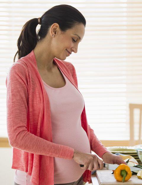 """<p>Seguro que tu abuela te habrá dicho alguna vez que en el embarazo hay que comer por dos, pero, como aclara Santillán, esto no es cierto. <strong>""""Sí necesitas cuidarte por dos, y la alimentación es una de esas cuestiones de vital importancia</strong>, cuyo cuidado se pasa por alto a causa de los llamados antojos y por culpa de las terribles nauseas"""", dice.</p><p></p>"""