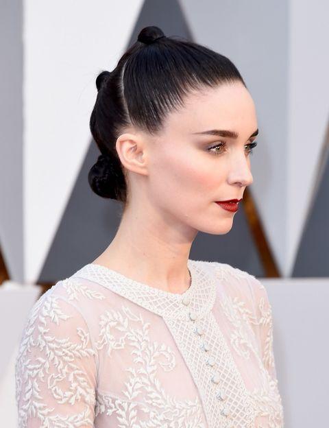 <p>Muy minimalista con labios 'vamp', un color al que suele recurrir habitualmente y tres mini moños. <strong>Rooney Mara</strong> optó por la sencillez y la elegancia.&nbsp;</p>