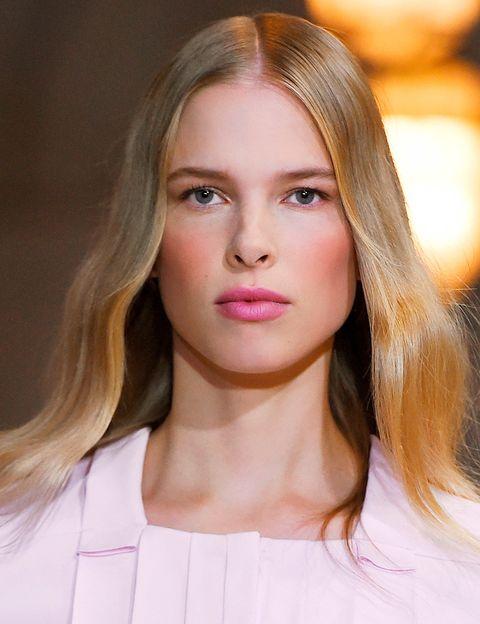 <p>No querrás separarte de este look en toda la primavera: lo firma&nbsp&#x3B;<strong>Carolina Herrera</strong> y combina magistralmente unas mejillas terracota, labios rosas y ondas suaves.</p>