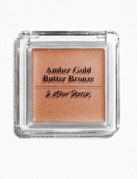 <p>Escoge un iluminador en tono bronce para potenciar aún más el bronceado. 'Amber Gold Butter Bronze' (19 €), de&nbsp;<strong>&amp; Other Stories</strong>, puede aplicarse fácilmente con las manos.</p>