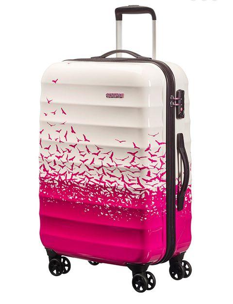 <p>Con estampado de pájaros volando disponible en rosa, verde y negro (165 €), de <strong>American Tourister.</strong></p>