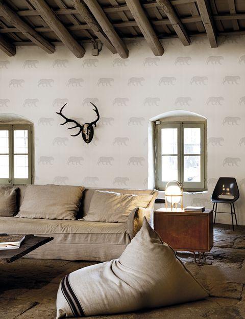 <p>Los tigres del papel <i>Bundala</i>, de la col. <i>Ceylan</i>, 57,30 €/rollo, de Coordonné, quedan divinos en este salón de invierno</p>