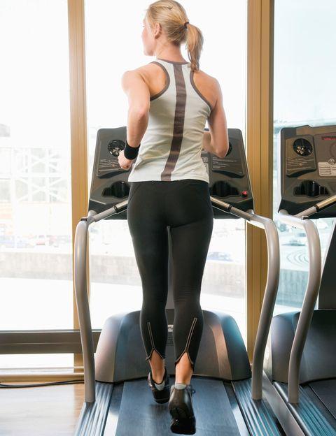 """<p>Como dice el doctor Villamor, """"<strong>tu cuerpo es muy listo, ya que existen recursos anatómicos y músculos</strong> que pueden permitirnos hacer casi toda nuestra actividad diaria sin solicitar correctamente a los glúteos, llevándolos a la atrofia"""". <strong>El sedentarismo y un escaso conocimiento y conciencia corporal</strong> tanto al entrenar como en el día a día están detrás de unos glúteos hipotónicos.&nbsp;</p>"""