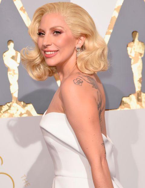 """<p>Lady Gaga levantó al auditorio de los Oscar 2016 al interpretar 'Til it happens to you', del documental 'The hunting ground', que estaba nominada como Mejor canción. El tema, que habla sobre el abuso sexual a las mujeres, toca uno de los episodios más oscuros en la vida de la cantante. Con 19 años Gaga sufrió abusos cuando iba a un colegio católico. &quot;Pensé: '¿Son así los adultos?' Era muy ingenua&quot;, comentó la cantante en una entrevista en el programa de radio 'Howard Stern Show'. También afirmó que &quot;él era 20 años mayor, ¿cómo podía ser aquello una cita?&quot;. Tuvo que pasar mucho tiempor hasta que admitiera lo que le había ocurrido: &quot;Viví cosas terribles. Ahora, después de una larga terapia física y mental, puedo reírme de aquello&quot;, declaró la cantante.</p><p>La noche de los Oscar Stefani Joanne Angelina Germanotta (que es su verdadero nombre) publicó una foto en las redes sociales besando a su novio Taylor Kinney para agradecerle su apoyo. &quot;Nunca pensé que nadie me amaría porque yo sentía que mi cuerpo estaba arruinado por culpa de mi violador. Pero el ama a la superviviente que hay en mí. Él ha estado a mi lado toda la noche orgulloso y sin complejos. Eso es un hombre de verdad.&quot;</p><p>Unos días después Lady Gaga ha publicado una nueva imagen de sus familiares en la que explica que nunca había sido capaz de confesarles el infierno que pasó. El día después de la ceremonia de los Oscar la abuela de la cantante le dijo &quot;que nunca se había sentido más orgullosa de ella&quot;.</p>   <p style="""" margin:8px 0 0 0; padding:0 4px;""""> <a href=""""https://www.instagram.com/p/BCbnltKpFLJ/"""" style="""" color:#000; font-family:Arial,sans-serif; font-size:14px; font-style:normal; font-weight:normal; line-height:17px; text-decoration:none; word-wrap:break-word;"""" target=""""_blank"""">My grandmother (in the middle) and my Aunt Sheri (on the right) both called me the day after the Oscars because I never told them I was a survivor. I was too ashamed. To"""