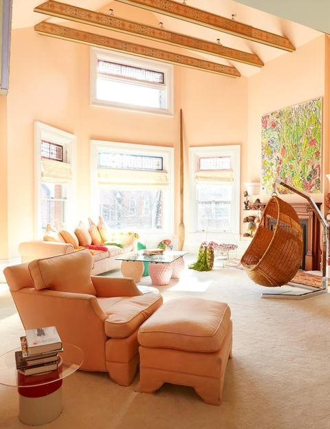 <p>Este salón pertenece a uno de los dormitorios de la casa. Un cálido y luminoso refugio en el que todo está pensado al detalle: véanse las vigas decoradas.</p>