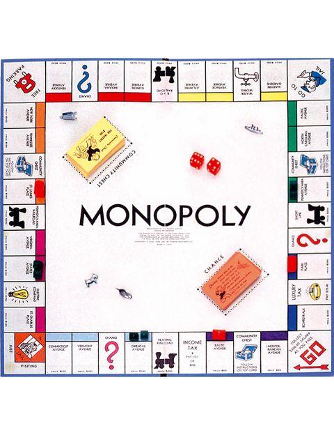 <p>Elizabeth Magie, escenógrafa, escritora, actriz y estudiante de ingeniería, todavía tenía tiempo para adentrarse en las teorías económicas de Henry George. Le entusiasmaron tanto que, para difundirlas, se le ocurrió inventarse un juego llamado 'The Landlord's Game', en el que se quería explicar que el monopolio de la tierra por parte de unos pocos era perjudicial para la economía. Lo patentó en 1903, pero 30 años después, un avieso vendedor patentó una versión totalmente opuesta, el actual Monopoly, en el que se valora la economía más salvaje y gana quien tiene más dinero, hoteles y casas.</p>