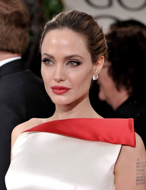 <p>Estamos de acuerdo en que a la actriz cualquier cosa le queda bien. Pero al tener una <strong>boca jugosa</strong>, acierta <strong>destacándola</strong> con una textura cremosa y <strong>retirándose el pelo</strong> de la cara.&nbsp;</p>
