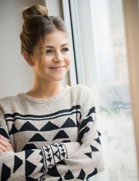 """<p>""""<strong>Trabajar en mejorar tus imperfecciones te ayudará a convertirte en una persona más feliz</strong> y sobre todo más autosuficiente"""", dice Verbeek. Para esta experta en matchmaking, """"no hay nada más atractivo que una mujer con confianza en sí misma"""". Así que intenta sacar lo mejor de ti misma. """"<strong>No tienes que ser perfecta, simplemente ser consciente de tus debilidades y estar contenta</strong> con lo que eres&#x3B; si disfrutas de tu propia compañía, es muy probable que los demás también lo hagan"""", continúa. """"Estar sola no es algo de lo que avergonzarse, puedes tener una vida muy llena con amistades, trabajo y hobbies pero no tener pareja. <strong>Un hombre debe mejorar la felicidad de tu vida, no ser su clave ineludible</strong>. Ámate a ti misma y el resto vendrá por sí solo"""", subraya.</p><p>&nbsp&#x3B;</p>"""