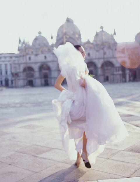 <p>El color del vestido de novia tradicionalmente es blanco porque simbolizaba la pureza y virginidad con que la novia llegaba al matrimonio. En la Antigua Roma ya existía esta costumbre, pero no fue hasta el año 1840 que se volvió a poner de moda, porque la Reina Victoria de Inglaterra se casó de este color.</p>